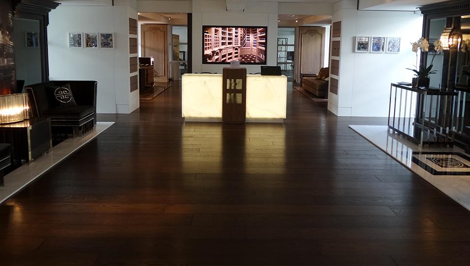 Protagonisti assoluti nella Library Hall del Magna Pars Suites Hotel, i luminosi cubi in Onice Bianco al Desk accoglienza.